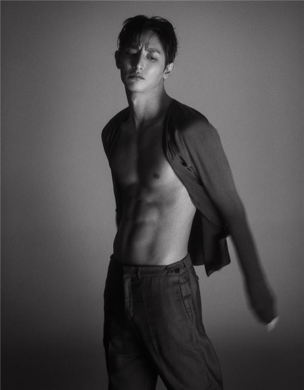 Xuất thân là người mẫu nên thân hình mảnh mai củaLee Soo Hyuklà yếu tố nghề nghiệp bắt buộc. Nhưng từ khi quyết định rẽ hướng sang phim ảnh, nam diễn viên cũng xuất hiện với diện mạo đầy quyến rũ và nam tính hoàn toàn mới.