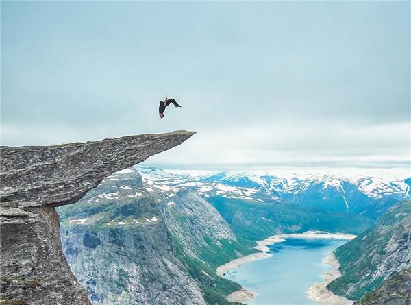 """Toby Segar 21 tuổi người Anhgây bất ngờ lớn khi quyết định thực hiện màn nhào lộn đáng sợ tại tại """"lưỡi quỷ"""" Trolltunga, Na Uy ở độ cao 700m."""