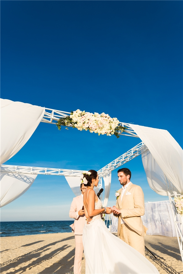 Xúc động nhất có lẽ là khoảnh khắc cô dâu và chú rể trao nhẫn cưới cho nhau, cùng thề ước yêu thương trọn đời trước sự chứng kiến của tất cả mọi người. - Tin sao Viet - Tin tuc sao Viet - Scandal sao Viet - Tin tuc cua Sao - Tin cua Sao