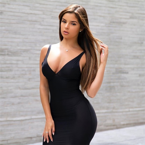 3. Demi Rose Mawby trở thành hiện tượng mạng nhờ những bức hình chụp phía sau, khi cô diện bikini và khoe đường cong hoàn hảo. Tuy nhiên, cô gái đến từ West Midlands (Anh) cũng có nhiều antifan vì tin đồn hẹn hò với rapper Tyga, ngay sau khi anh chia tay Kylie Jenner hồi đầu năm nay. Demi hiện thu hút hơn 2,8 triệu người trên Instagram.
