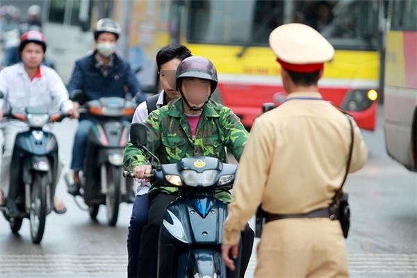 Không đội mũ bảo hiểm hoặc đội mũ bảo hiểm nhưng cài quai không đúng quy định phạt 150.000 - 250.000 đồng.