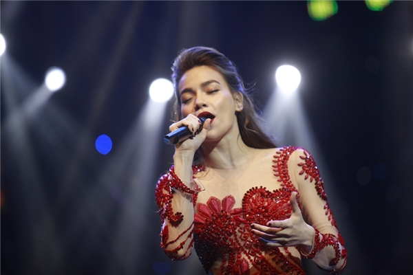 Nữ ca sĩ vừa hát vừa kể chuyện tình yêu với khán giả. - Tin sao Viet - Tin tuc sao Viet - Scandal sao Viet - Tin tuc cua Sao - Tin cua Sao