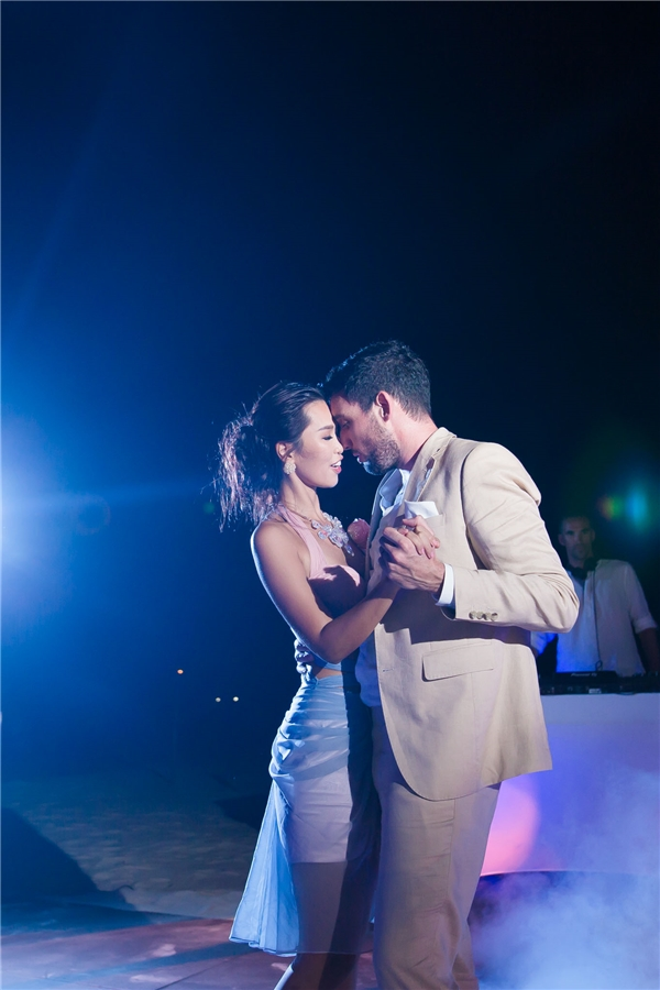 Cặp đôi đã thực hiện điệu nhảy đầu tiên trước sự cổ vũ bạn bè thân thiết. - Tin sao Viet - Tin tuc sao Viet - Scandal sao Viet - Tin tuc cua Sao - Tin cua Sao