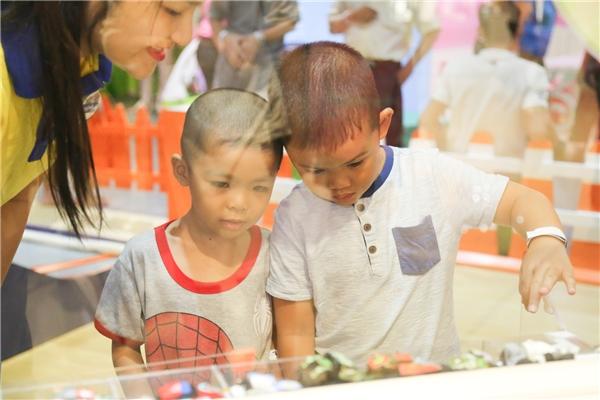 Ngoài các khu mua sắm, ăn uống còn có cả khu vui chơi cho trẻ em.(Ảnh: Lê Huy)