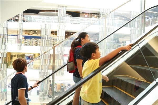 Người dân Sài thành háo hức tham quan khu trung tâm thương mại mới.(Ảnh: Lê Huy)