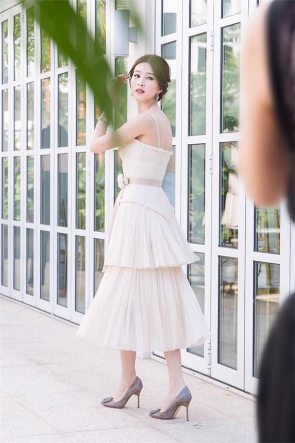 Hoa hậu Việt Nam 2012 Đặng Thu Thảo diện váy trắng cúp ngực với cấu trúc phân tầng. Thiết kế tạo hiệu ứng thị giác với loạt chi tiết xếp li kì công, tỉ mỉ. Thu Thảo mang đến vẻ ngoài khác lạ khi chọn tông trang điểm môi trầm đang lên ngôi.