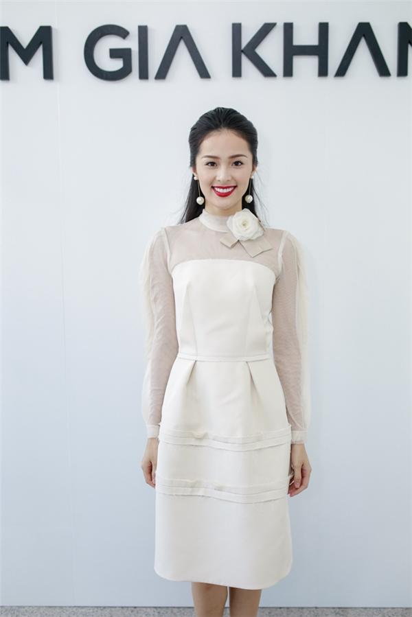 Nữ diễn viên Hạ Vi kín đáo với phom váy rộng cổ điển. Thiết kế là sự kết hợp hài hòa giữa hai mảng chất liệu với sự tương phản về độ dày mỏng.