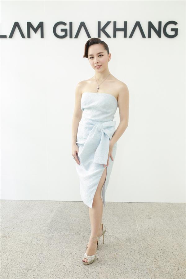 Á hậu Dương Trương Thiên Lý ngọt ngào, quyến rũ với sắc xanh lơ nhẹ nhàng, thanh thoát.