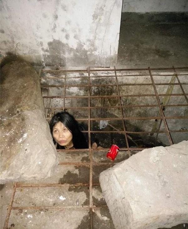 Để đảm bảo an toàn cho cô và những người xung quanh, người chaquyết định nhốt cô tại cầu thang tầng hầm của ngôi nhà.