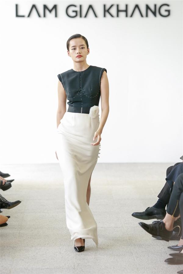 Kim Chi sải bước mạnh mẽ, quyến rũ trong chiếc váy dài xẻ tà mang âm hưởng thời trang cổ điển.