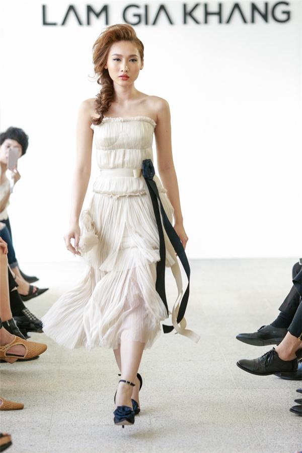 Tô Uyên Khánh Ngọc - thí sinh thuộc đội Hồ Ngọc Hà xuất hiện ngọt ngào, quyến rũ với bộ váy tông màu pastel ngọt ngào.