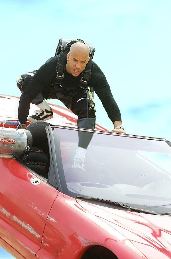 Vin Dieselđâu chỉ biết có đua xe, anh còn làm được rất nhiều chuyện khác trong xXx.