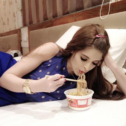 """Ở một bối cảnh khác, người mẫu Andrea Aybar thoải mái tận hưởng hương vị món ăn """"đẳng cấp bình dân"""" ngay trên chiếc giường êm ái. - Tin sao Viet - Tin tuc sao Viet - Scandal sao Viet - Tin tuc cua Sao - Tin cua Sao"""
