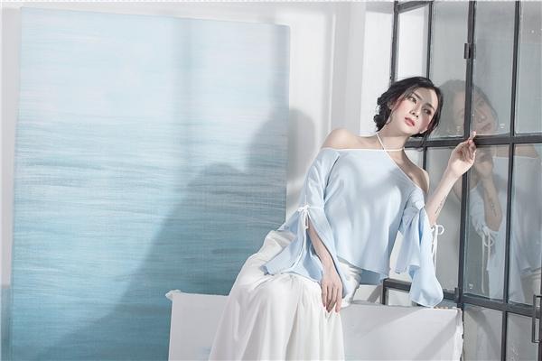 Váy áo xẻ vai trở thành xu hướng được ưa chuộng nhất trong mùa thời trang Xuân - Hè 2016 bởi vẻ gợi cảm chừng mực. Bộ trang phục mang lại sự thanh thoát, phóng khoáng cho các cô gái bởi chất liệu mềm mại cùng hai tông màu xanh, trắng trẻ trung, ngọt ngào.