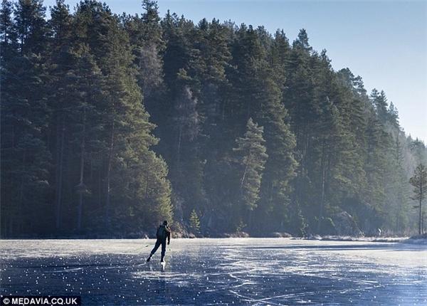 Cả vùng hồ rộng lớn đều bị đóng băng.