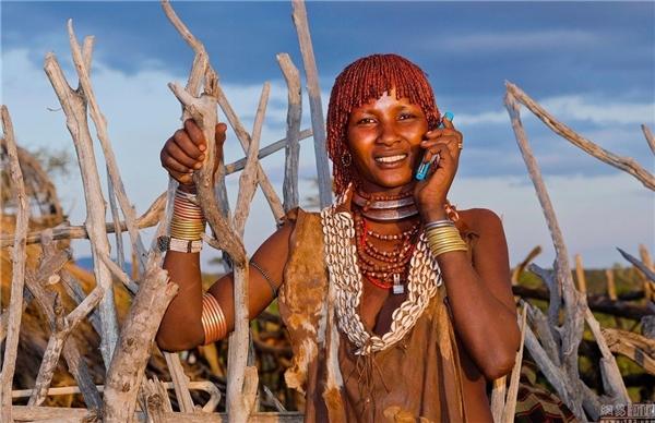 """Nghe có vẻ buồn cười nhưng được nghe giọng của người thân bằng một chiếc điện thoại,thổ dân đều coi đó như là một """"miếng ván thần kì""""."""