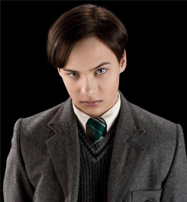 Ngày ấy, không ai có thể ngờ học sinh được kì vọng trở thành người vĩ đại này cuối cùng lại là kẻ ác độc bậc nhất lịch sử phù thủy. (Ảnh: Internet)