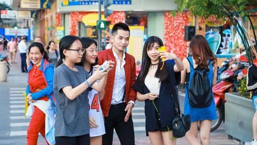 Phạm Hồng Phước khiến dân tình phố đi bộ 1 phen xôn xao