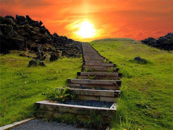 """Nằm khoảng 25km về phía tây của thị trấn Erfoud giữa đồi núi cao, con đường bậc thanghuyền diệu này được gọi với cái tên rất thần kì""""Nấc thang lên thiên đường"""". Khi bình minh lên hay hoàng hôn buông, những tia ánh sáng yếu ớt lấp ló, mờ ảo nơiphía tận cùng xa tít tắpkhiến con đường trông thực như đang dẫn lên trời."""