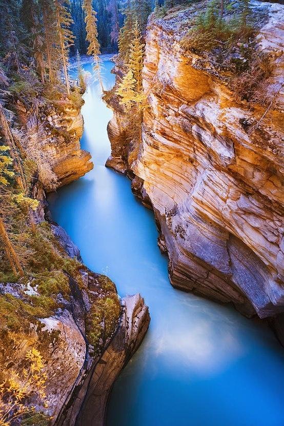 """Athabascalà một thác nước nằm trongVườn Quốc gia Jasper trên sông Athabasca, cáchthị trấnJasper, Alberta, Canada khoảng 30km về phía nam.Đây là thác nước mạnh nhất ở Canada. Để chiêm ngưỡng trọn vẹn vẻ đẹp của thác nước này, bạn nên đến đâyvào lúchoàng hôn.Khi đó,thác trông giống như một dải lụaxanh biếc đanguốn lượn, """"nhảy múa"""" tuyệt đẹp dọc theo vách đá vàng xung quanh."""
