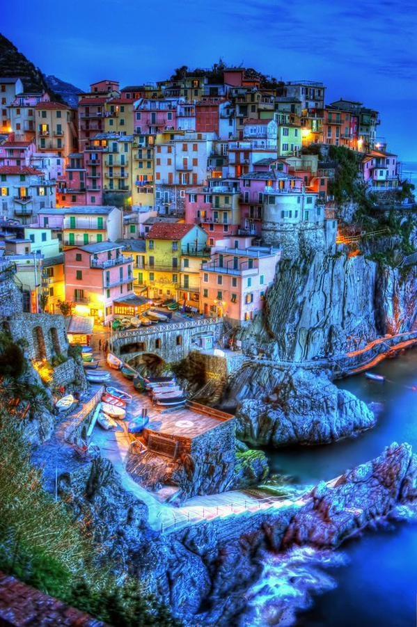 Cinque Terre không chỉ được mệnh danh là thiên đường nước Ý,là vùng đất thơ mộng mà còn là một công trình độc đáo với lối kiến trúc vô cùng khác biệt.5 ngôi làng đánh cá được xây dựng một cách ấn tượng và thần kìtrên các sườn đá dốc ven biển.Đặc điểmlịch sử độc đáo của Cinque Terre là những bậc thang đá trong suốtđã được khắc,đục và tạo hìnhgần hai thiên niên kỉ.