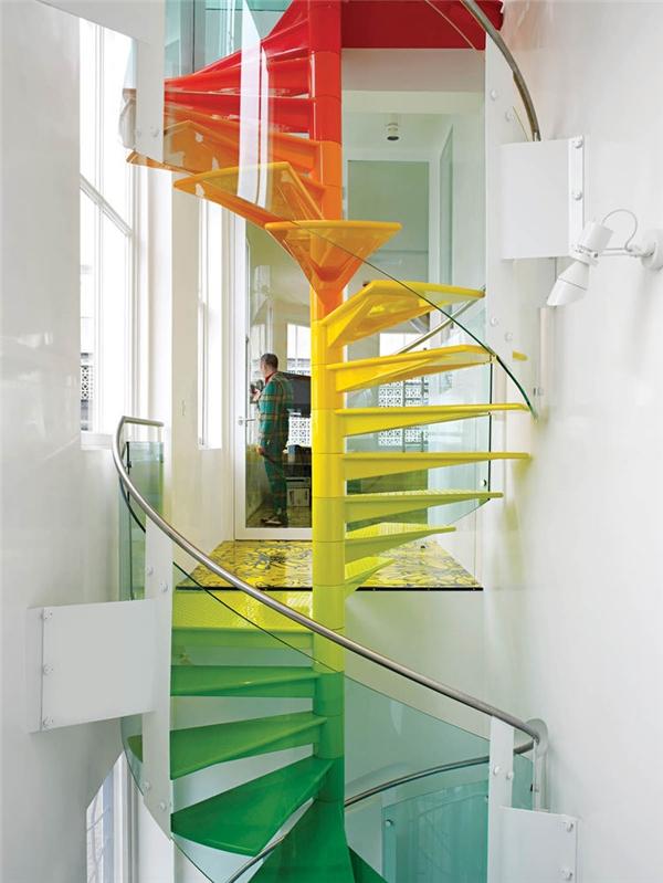 Đỉnh cao của sự hoàn mĩ là đây.Chínhnhững sắc màu rạng rỡ của các bậc cầu thangđã phá vỡ sự nhàm chán của những bức tường hay khung cửa trắng xóa nơi đây.