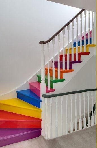 """Nhiều màu sắc thế này thì trẻ con trong nhà sẽ """"lên xuống"""" suốt ngày cho xem. Để các bé giảm thiểu tính lười khi phải thường xuyên di chuyến, bố mẹ chúng đã cho sơn sửa lại toàn bộnấc thang với nhiều màu sắc khác nhau nhằm """"cổ vũ"""" các bé."""