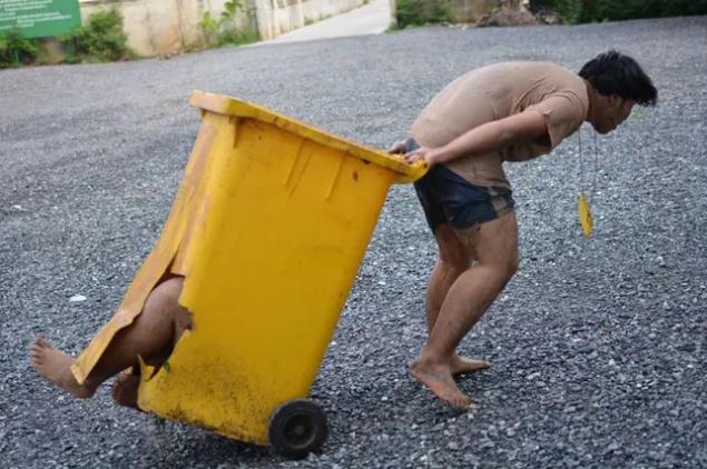 Hiệu trưởng trường cho biết đây không phải bạo hành mà chỉ là hình ảnh các em học sinh đang chơi đùa cùng nhau.