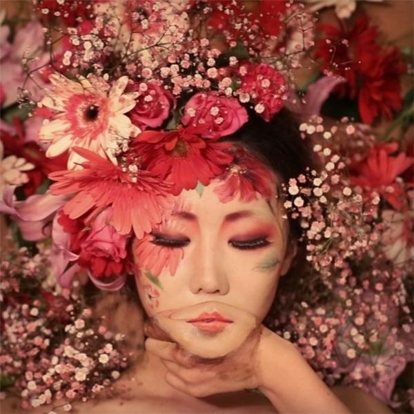 """Một trong những tác phẩm tâm đắc nhất của Dain Yoon. Bức ảnh có tên """"Kissing myself"""" là sự kết hợp hoàn hảo giữa màu sắc và chuyển động của bàn tay."""
