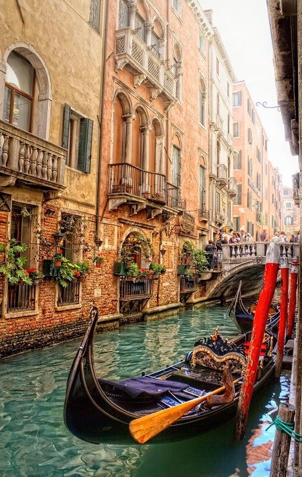 Venice là hình ảnh thu nhỏ của sự lãng mạn và là thiên đường của các tiểu thuyết gia.Venice được xây dựng trên hơn 100 hòn đảo nhỏ trong một đầm lầy ở biển Adriatic. Cung điện đá ở đâydường như nổilên khỏi mặt nước. Để đảm bảo không khí trong lành, Venicekhông có xe hơi hoặc các con đường,thay vào đó là nhữngconrạch và đi lại bằng thuyền.