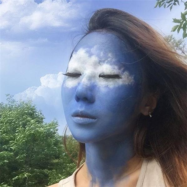 Sự đa dạng trongsáng tạo của Yoon không chỉ dừng lại ở sự kết hợp giữa mặt và tay mà còn lànhiều phông nền khác nhau.