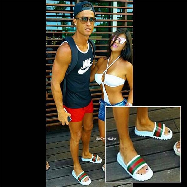 Bức ảnh Ronaldo chụp cùng người hâm mộ cho thấy rõ những ngón chân sơn đen của anh.