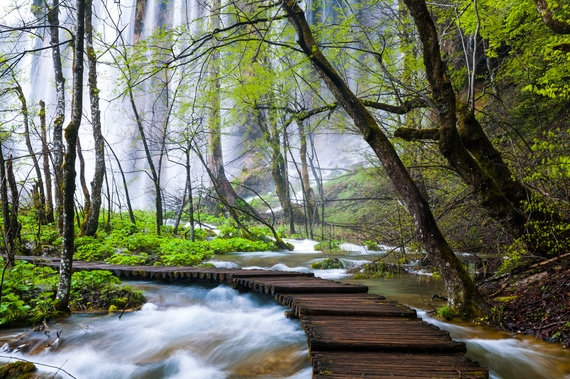 Vườn quốc gia Plitvice ở Croatia được biết đến nhưmột trong những thắng cảnh thiên nhiên đẹp nhất châu Âu. Nơi đây nổi tiếng bởi vẻ đẹp kìdiệu của hệ thống 16 hồ thông nhau bêncảnh sắc tuyệt đẹpvà thảm động thực vật nguyên sơ phong phú. Năm 1979, Plitvice đã được ghi vào danh sách Di sản Thế giới của UNESCO. 16 hồ tinh thể đan xen với nhau thông qua hàng loạt thác nước tạo ra một thiên đường mà bạn chỉ có thể tìm thấy trong truyện cổ tích.