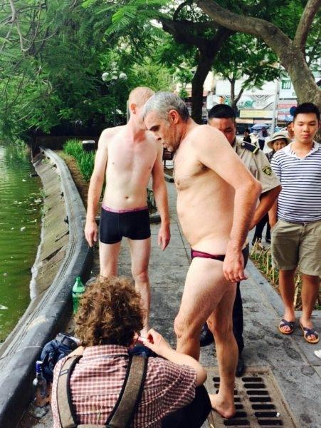 Sốc: Hai du khách nước ngoài thoát y xuống bơi ở hồ Hoàn Kiếm