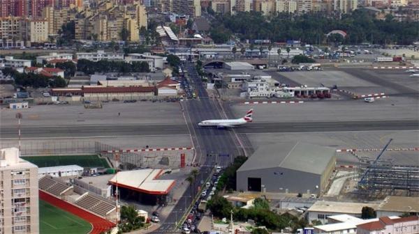 Đường băng ở sân bay Quốc tế Gibraltar bị một con đường cắt ngang và tất cả các xe lưu thông sẽ phải dừng lại chờ... máy bay chạy qua.