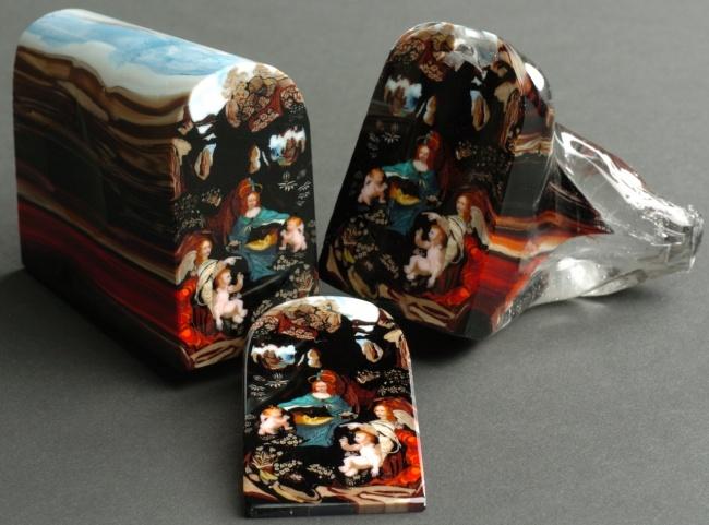 Từng lớp màu sắc được sắp xếp chồng lên nhau rất khéo léo để tạo nên bức tranh trong thủy tinh.