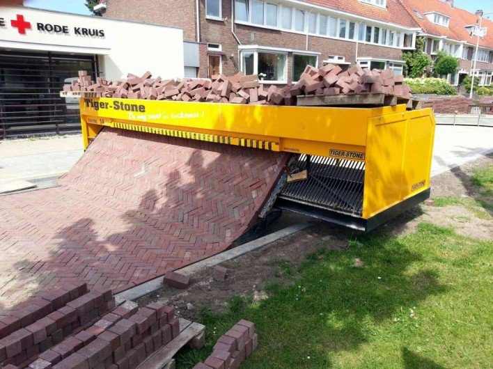 """Chiếc máy lát gạch vỉa hè """"thần thánh"""", chỉ cần chất gạch lên máy là nó sẽ tự động sắp xếp chúng lại để tạo ra một bề mặt hoàn hảo."""