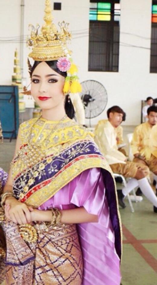 Chanya xinh đẹp trong trang phục truyền thống Thái Lan.