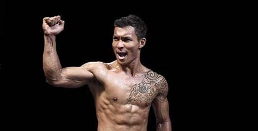 Quang Lộc quật ngã,tung ra hàng loạt cú đấmvề phía đối thủ vàgiành chiến thắng thuyết phục đầy ấn tượng.