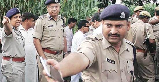 Cảnh sát tại hiện trường vụ làm nhụctập thể ở Bulandshahr, Ấn Độ. (Ảnh: Indian Express)