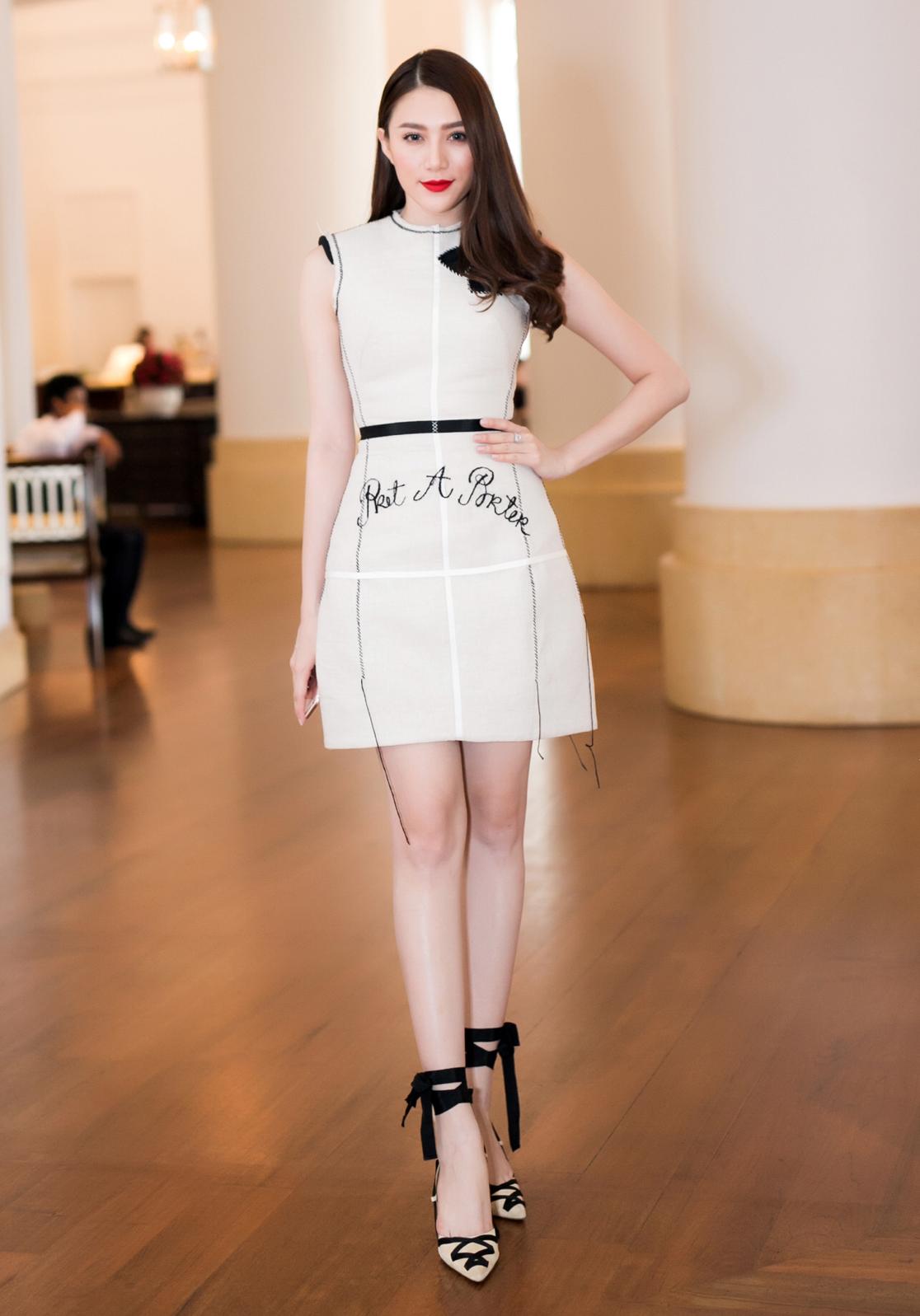 Lê Hà diện váy ngắn với phom dáng cổ điển của nhà thiết kế Lâm Gia Khang. Nữ người mẫu khoe đôi chân dài miên man cùng làn da trắng không tì vết.