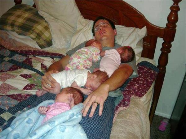 Bây giờ 4 đứa nằm lên người bố một lượt được chứthêm năm nữa là xác định bị bẹp dí luôn.