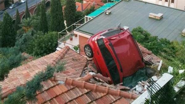 Chiếc ô tô này rơi từtrên trời xuống chăng?