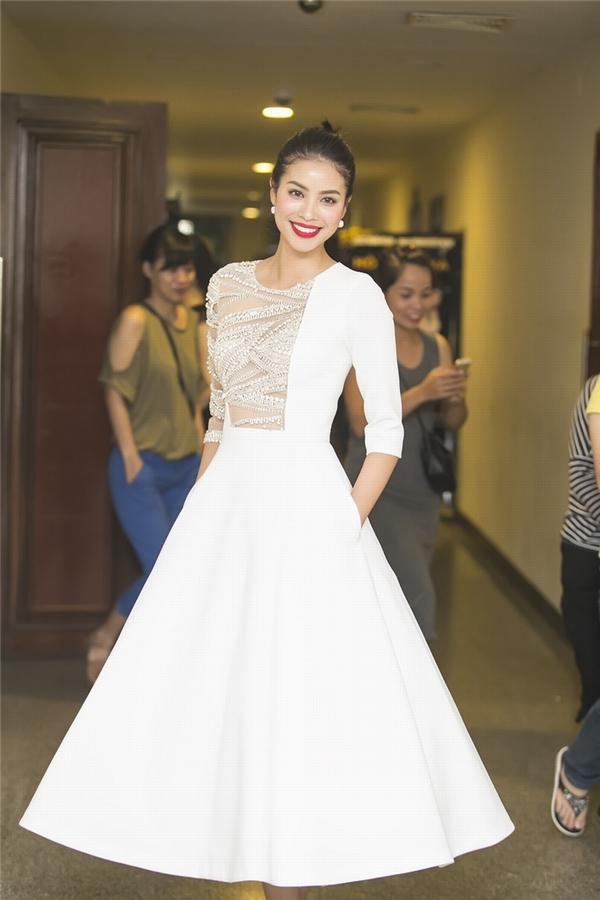 Tham gia đêm nhạc của Hồ Ngọc Hà, Phạm Hương cũng thu hút không kém chủ nhân khi diện bộ váy trắng phồng xòe điệu đà của nhà thiết kế Lê Thanh Hòa. Thiết kế tạo điểm nhấn bởi phần chất liệu xuyên thấu đính kết ở nửa bên ngực phải.