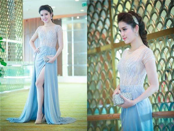 Vẻ đẹp thanh tú, ngọt ngào của Huyền Mycàng được nâng tầm khi diện thiết kế màu xanh lơ ngọt ngào kết hợp giữa lụa và vải xuyên thấu. Đây là bộ váy mà nhà thiết kế Lê Thanh Hòa chuẩn bị riêng cho Huyền My.