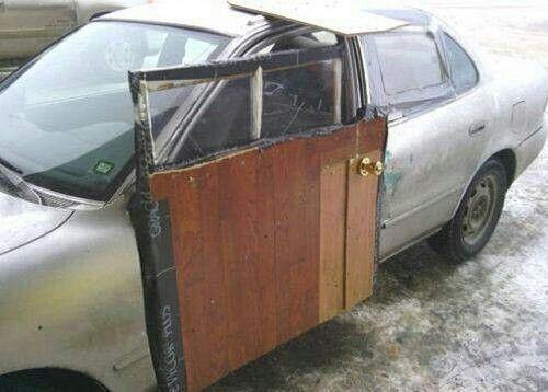 """Cửa ra vào thế này thì còn gì là vẻ ngoài """"sang chảnh"""" của xe ô tô nữa."""