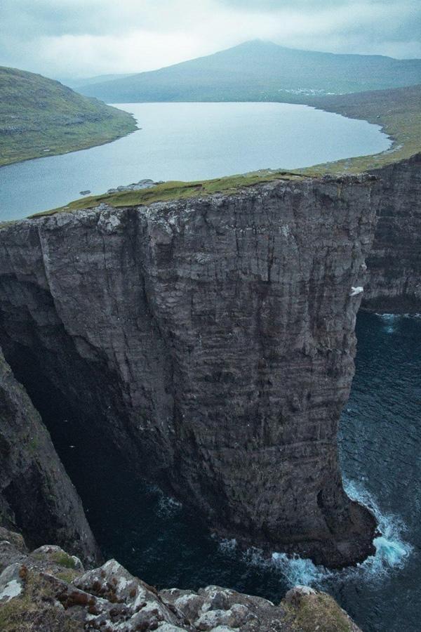 Sørvágsvatn, con hồ lớn nhất ở Đảo Faroe, Đan Mạch, nằm ngay phía trên một vách núi cao nhìn xuống biển.