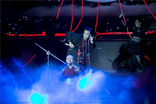 Nhược điểm trong giọng hát của Adam lộ rõ trong phần biểu diễn này.