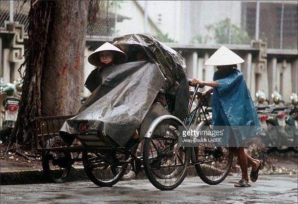"""Ngày nay mấy ai còn được biết đến cảm giác ngồi sau lớp áo mưa của chiếc xích lô """"huyền thoại""""."""