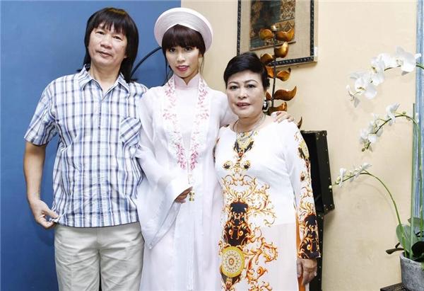 Hà Anh chụp ảnh cùng bố mẹ tại lễ đính hôn. - Tin sao Viet - Tin tuc sao Viet - Scandal sao Viet - Tin tuc cua Sao - Tin cua Sao